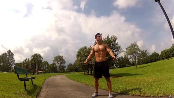 HD: férfi egy fitness edzés ülés előtt nyújtás