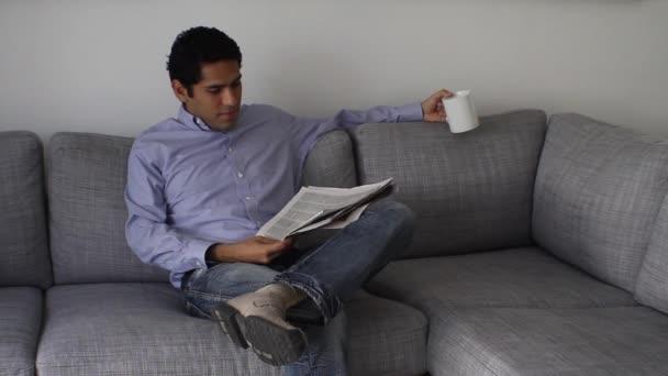 pohledný podnikatel čtení novin na přestávka na kávu