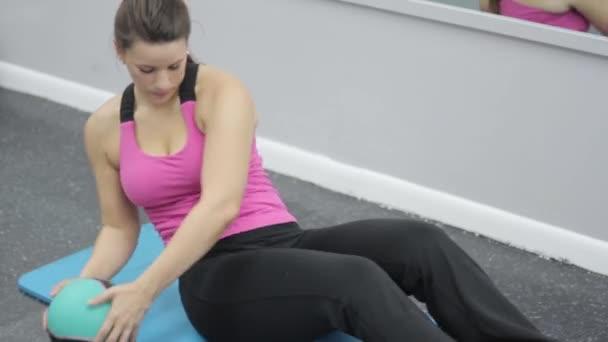 žena v sportovní oblečení cvičit břišní svaly v posilovně