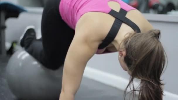 Žena, která dělá abs cvičení