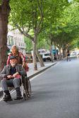 žena podnikavý starého muže na vozíku v ulici shangh