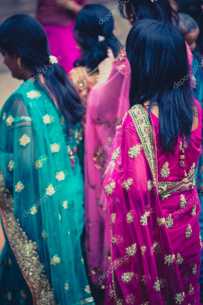 mujeres vestidas con el tradicional vestido indio para una boda en ...