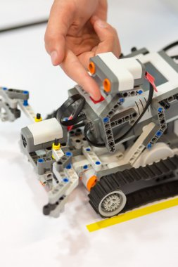 Machinery Toy with artificial intelligence