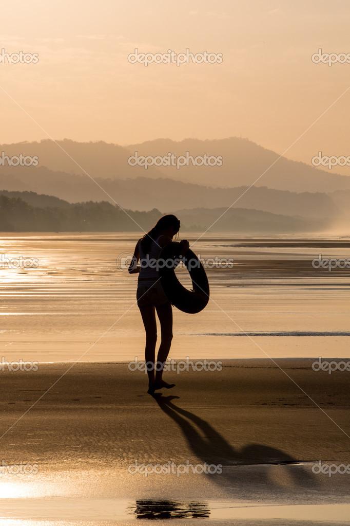 Silhouette di una ragazza che cammina sulla spiaggia - Colorazione immagine di una ragazza ...
