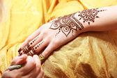 Fotografia applicazione di hennè