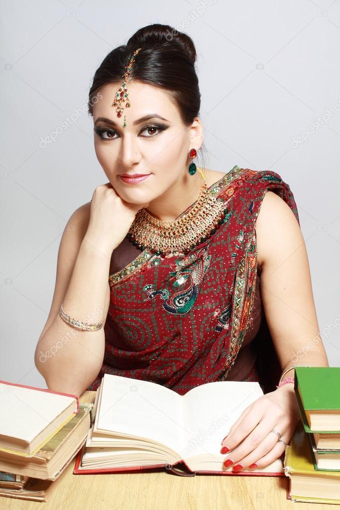 Donna indiana con libri foto stock lenanet 40220225 for Piani di progettazione domestica indiana con foto