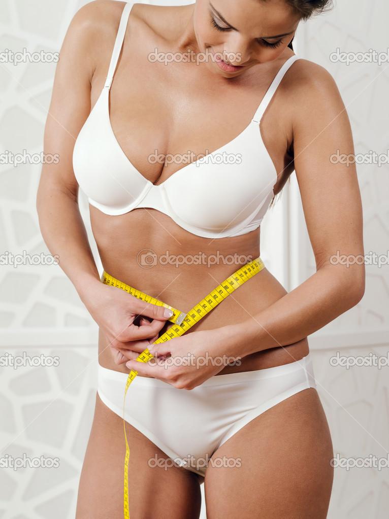 a2c79f357070c0 Frauen in Unterwäsche ihre Taille messen — Stockfoto © sumners #33977869