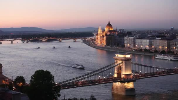 View, turista hajók a Duna Országház, háttérben a Lánchíd halad