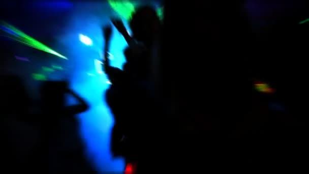emberek táncoltak a diszkóban