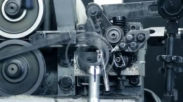 produkční stroj v pohybu