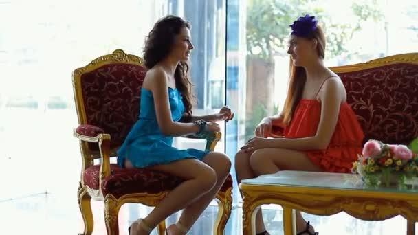 a két gyönyörű lány találkozója