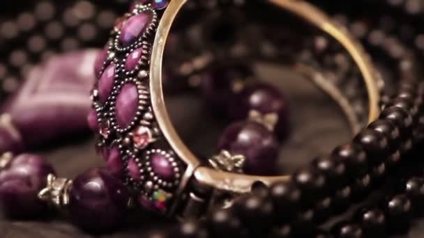 různé šperky na stůl