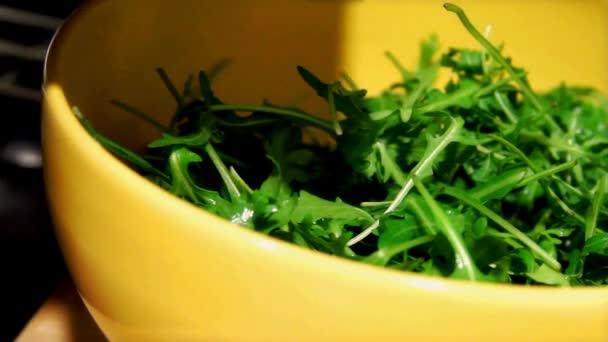zelený salát s syrové rajčat