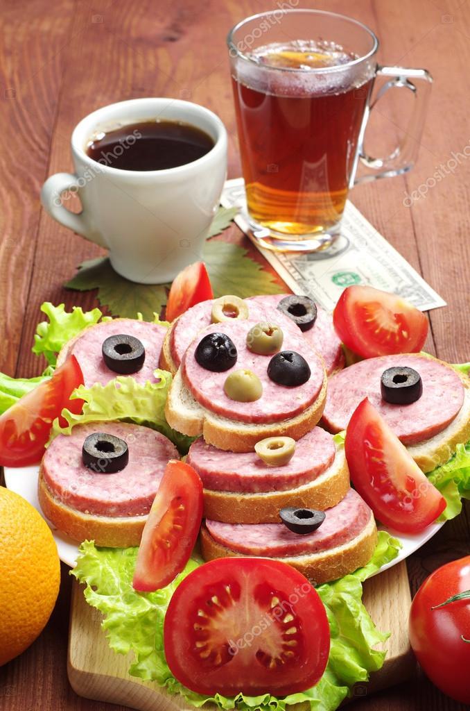 Бутерброд с колбасой и чай