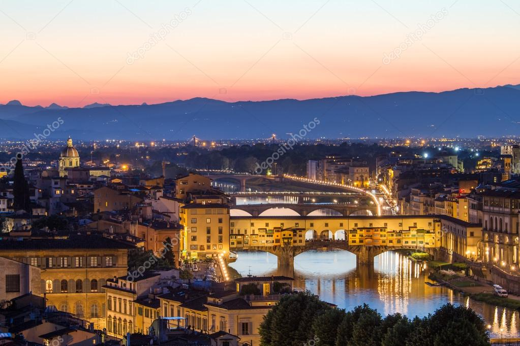 e67846e9a8 Firenze, fiume arno e ponte vecchio dopo il tramonto, Italia — Foto di  fisfra