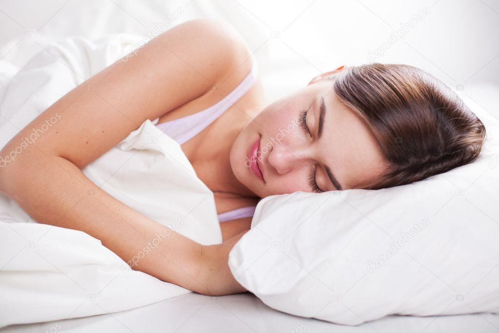 portrait de jeune femme au lit photographie pavlin 19618129. Black Bedroom Furniture Sets. Home Design Ideas
