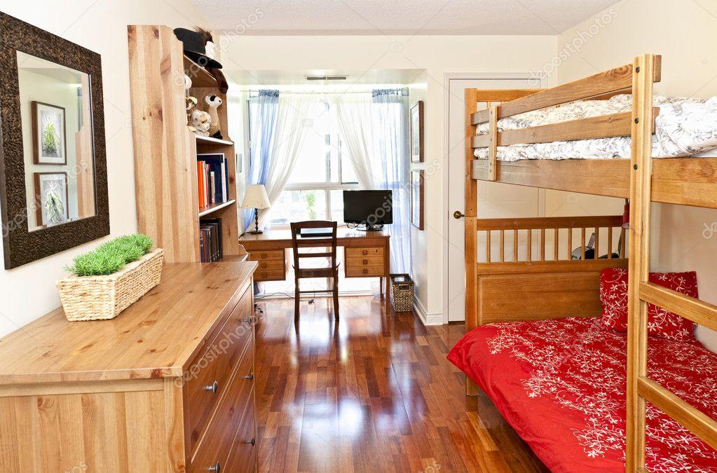 Interno camera da letto con pavimento in legno foto for Pavimento in legno interno