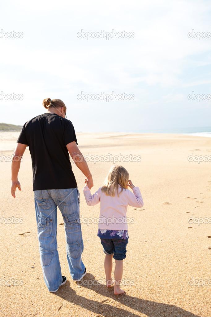 otec a dcera spolu chodí