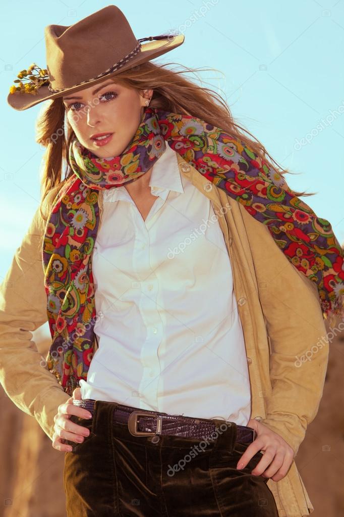 77823543f3d70 Ropa de mujer joven en estilo vaquero tiro al aire libre — Foto de ...
