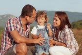 šťastná rodina baví venku a s úsměvem