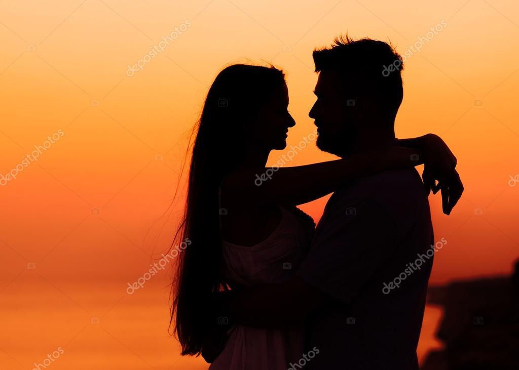 Fotos Dos La Imagen De Dos Personas Enamoradas Al Atardecer