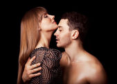 portrét šťastný módní pár objímat a líbat navzájem