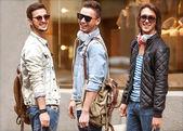 Fényképek három fiatal férfi divat metraseksuals üzlet. férfi séta vásárlás