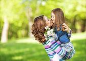 Fotografie Mutter und Tochter im Park. Muttertag