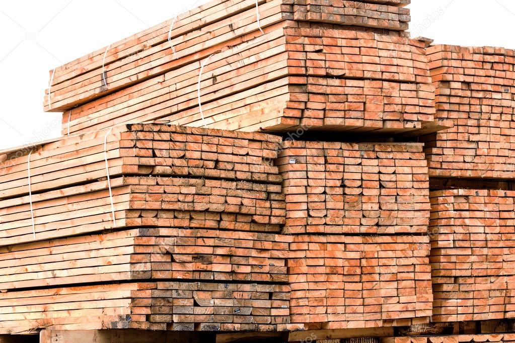 Una pila de tablas con bordes de madera embalado en pilas for Tamanos de pilas