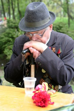 Elderly veteran of the Victory Day over a glass of vodka recalls