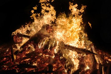 Geceleri yanan kamp ateşi tarak alev doku ve arka plan olarak
