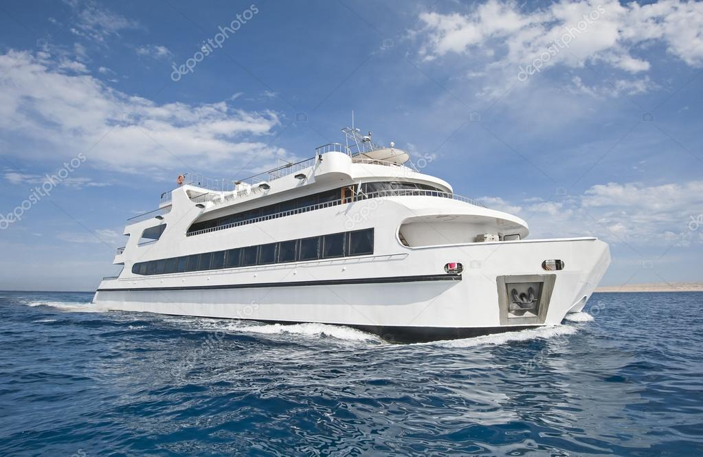 Luxus katamaran  Luxus-Katamaran auf dem Meer — Stockfoto #40133045
