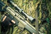 Fotografie junge Soldaten mit Gewehren