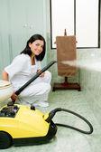 Fiatal nő gőzzel tisztító a fürdőszobában