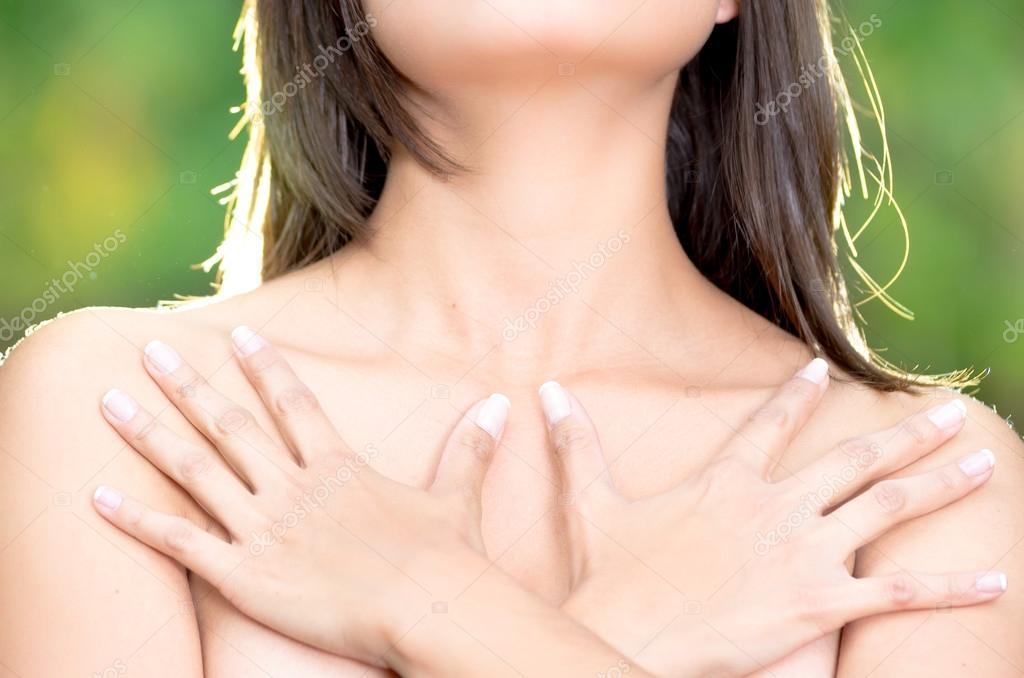 фото прикрытой рукой груди
