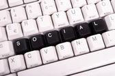 Slovo sociální napsané s černými klávesami na klávesnici počítače
