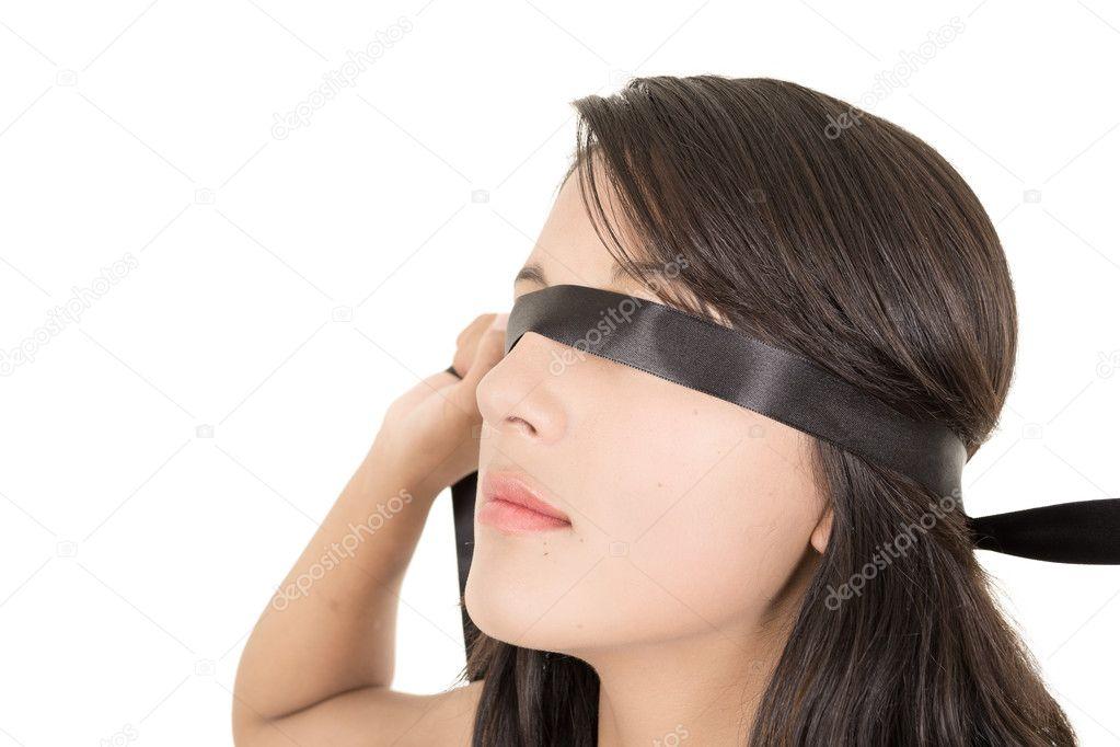 видео девушки завязывают глаза эти