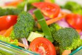 čerstvé brokolice salát s hlávkovým salátem, brokolicí a rajčaty