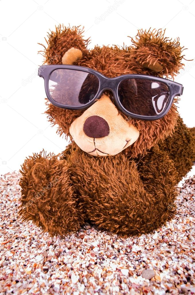 e0db676bae8 Brown teddy bear with sunglasses isolated on white — Photo by pxhidalgo