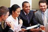 multi etnické obchodní tým na setkání