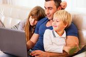 Fotografie Vater mit Kindern arbeiten am laptop