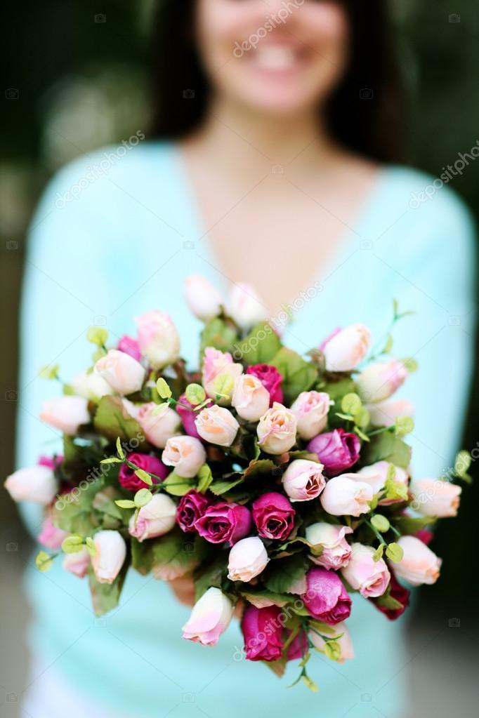 Memegang Bunga Di Tangan Stok Foto Memegang Bunga Di Tangan Gambar Bebas Royalti Halaman 4 Depositphotos