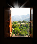 výhled na hory z okna