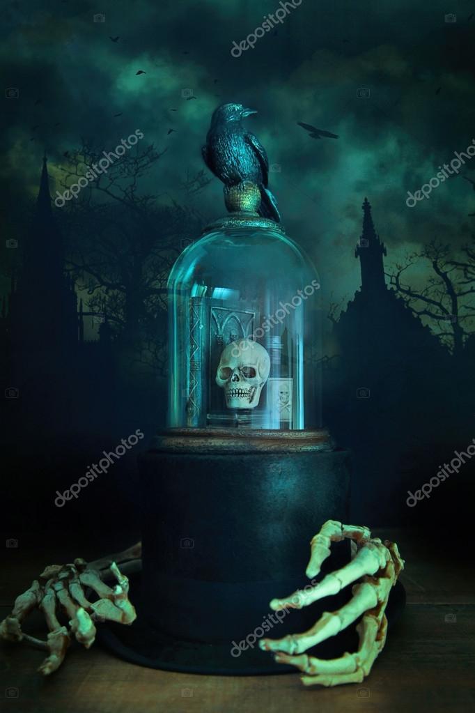 Glas-Glasglocke mit Krähe und Skelett Händen — Stockfoto ...