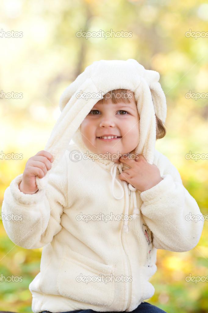Belle Petite Fille En Bunny Costume Dans La Forêt Dautomne