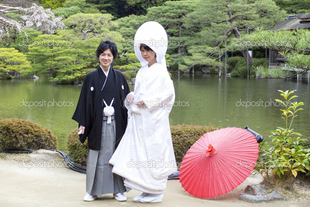 Costumes de mariage traditionnels japonais , Japon 2013, robe de mariée traditionnelle  japonaise et le fond de belles fleurs de cerisier \u2014 Image de