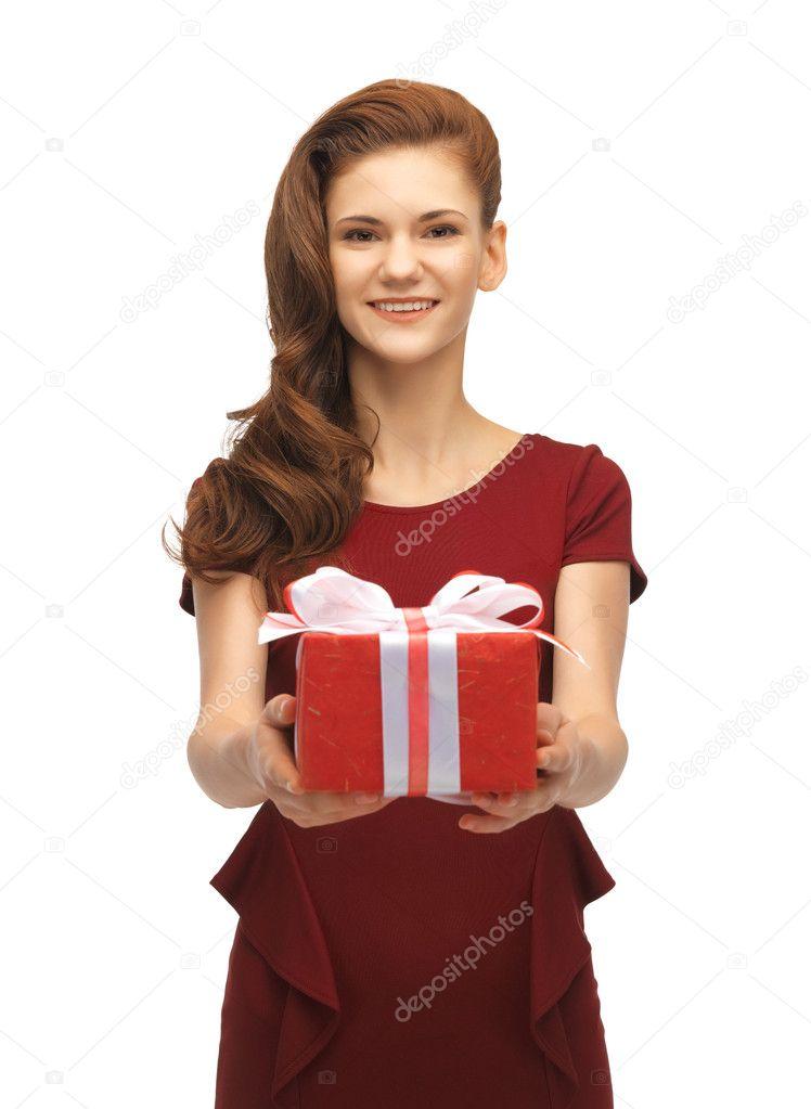 Teenager-Mädchen im roten Kleid mit Geschenk-box — Stockfoto ...