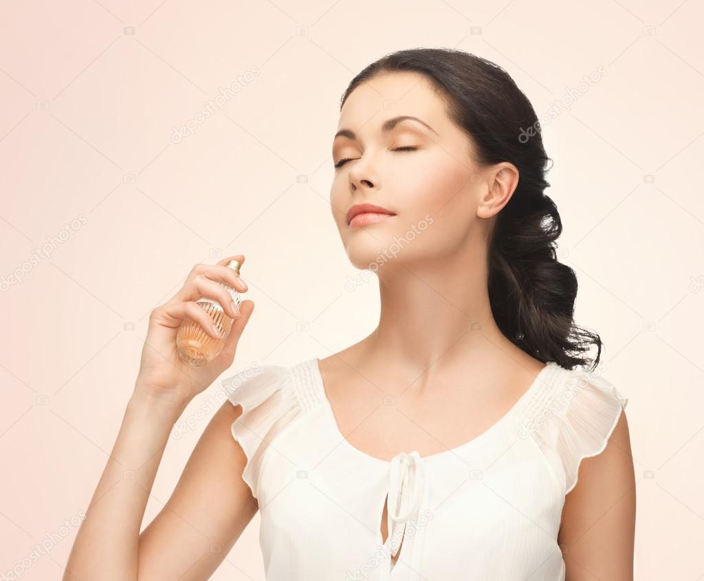 Resultado de imagen para mujer rociando perfume