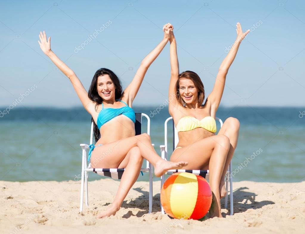 Девушки в бикини загорают фото 225-673