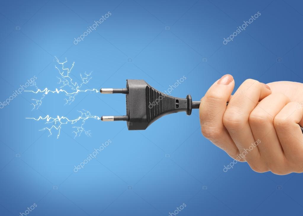Hand halten schwarz elektrischen Stecker mit Draht — Stockfoto ...